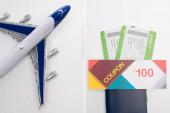 Kollázs játék repülőgép és kupont útlevél légi jegyek fehér alapon