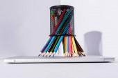 színes ceruzák ceruza tartó modern laptop fehér háttér