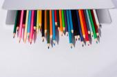 színes ceruzák modern laptop fehér háttér