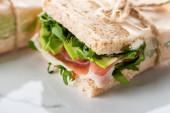 közeli kilátás friss zöld szendvics jamon márvány fehér felületen