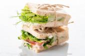 friss zöld szendvicsek avokádóval és jamon márványfehér felületen