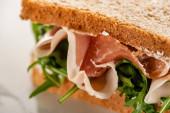Nahaufnahme von frischem Sandwich mit Rucola und Schinken
