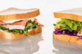 friss zöld szendvicsek prosciutto fehér felületen