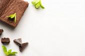 felülnézet ízletes brownie darab menta és csokoládé fehér háttér