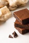selektivní zaměření lahodné kousky brownie s tmavou čokoládou na bílém pozadí