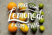 lapos feküdt színes narancs, avokádó, lime és citrom szürke beton felületen, hogy néhány limonádé ezen az ábrán
