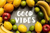 vrchní pohled na chutné barevné plody na šedém betonovém povrchu, dobré vibrace ilustrace