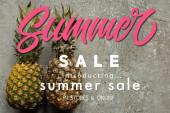 pohled shora na zralý ananas na šedém betonovém povrchu s ilustrací letního prodeje