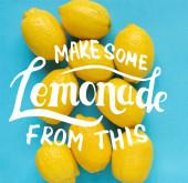felső kilátás érett sárga citrom kék háttér, hogy néhány limonádé ezen az ábrán