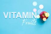 horní pohled na zralé červené jablko a vitamin ovoce ilustrace na modrém pozadí