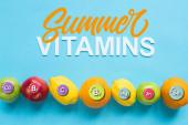 horní pohled na zralé ovoce v souladu a letní vitamíny ilustrace na modrém pozadí