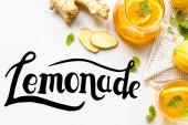 horní pohled na horký čaj na ubrousku v blízkosti zázvoru kořen, citron a máta na bílém pozadí, limonáda ilustrace