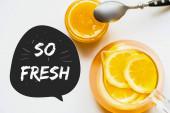vrchní pohled na horký čaj s citronem v blízkosti medu s lžičkou na bílém pozadí, takže čerstvé ilustrace