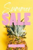 čerstvé zralé ananas se zelenými listy na žlutém pozadí s letní prodej ilustrace