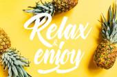 Draufsicht auf frische leckere Ananas auf gelbem Hintergrund mit entspannter Illustration