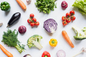 Draufsicht auf bunt sortiertes frisches Gemüse auf weißem Hintergrund