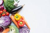 vrchní pohled na barevné rozmanité čerstvé zeleniny na bílém pozadí