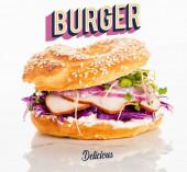 čerstvé bagety s masem, červenou cibulí, smetanovým sýrem, výhonky v blízkosti burgeru a lahodné nápisy na bílém pozadí
