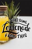friss ananászlé palackban, ízletes gyümölcs közelében, és készítsen limonádét ebből a betűből fehér és fekete