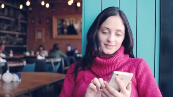 Krásná mladá žena typu zprávy na mobilním telefonu