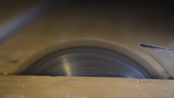 řez s kruhovou pilou v garáži