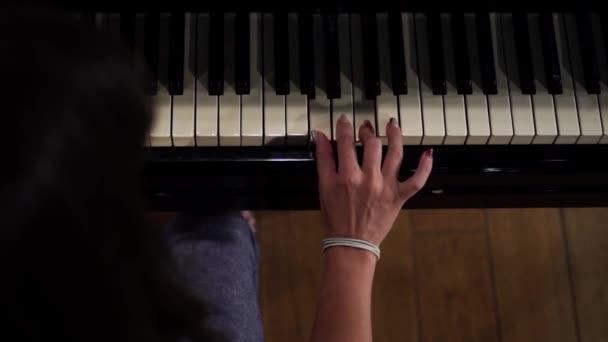 lány zongorázni a koncertteremben