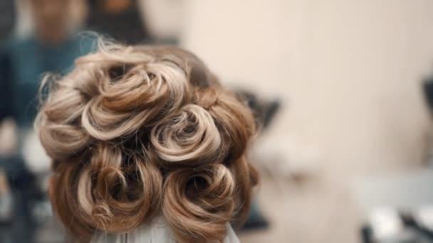kadeřník, který dělá kadeřnictví v salonu krásy
