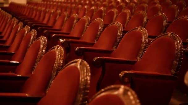 rote Sessel in einem alten Zimmer