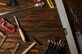 pohled z různých nástrojů na hnědé dřevěné stolní