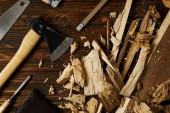 sekera, dláto, pilkou a dřevěné figurky na hnědý stůl