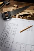 Detailní pohled architektonický plán, tužka, pilkou, sekera a zvládání viděl na dřevěný stůl
