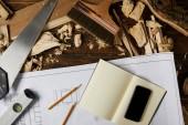 Fotografie Draufsicht der Blaupause, Lehrbuch, Smartphone mit leeren Bildschirm und verschiedene Werkzeuge auf Tisch