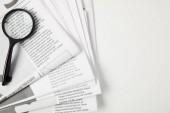 pohled shora lupu a novin na šedé, informace konceptu
