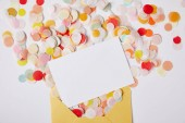 Fotografie Draufsicht der Konfetti-Stücke, White Paper und gelben Umschlag auf weiße Fläche