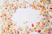 pohled shora kusů barevné konfety na bílý povrch