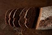Fotografia vista elevata di allevato e fette di pane su rustico tavolo metallo