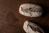 Fotografia vista elevata di pane sul ripiano del tavolo in metallo marrone arrugginito