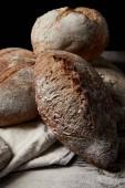 Detailní pohled různých druhů chleba, mouky a žíně na dřevěný stůl