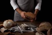 Fényképek vágott lövés a férfi baker gazdaság kenyér asztal fölé, kés, kenyér, ezerkétszázhatvan kötény