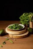 frisches grünes Gemüse auf hölzernen Tischplatte