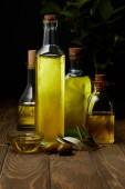 lahve různé olivového oleje na dřevěný povrch