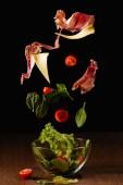 Fotografie Ingredience na salát ze zeleniny a Jamón v misce nad dřevěný stůl