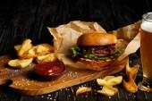 Fotografie Lákavé rychlé občerstvení restaurace s pivem a hamburger na stole