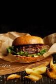 Lákavé Restaurace rychlého občerstvení burger a golden smažené poatato