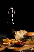 Fotografie Sada junk food Diner s hamburger a brambory, podávaný s pivem
