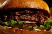 Detailní pohled chutné lákavé čerstvě vařené hamburger