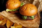 Hamburger und Pommes frites serviert auf Kraftpapier