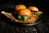 Verführerisches Fast-Food-Dinner mit drei frisch gekochten Hamburgern an Bord