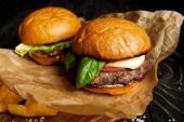 Horká hamburgery a hranolky podávané na kraftový papír