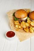 Csábító gyorsétterem diner hamburgert és burgonya krumpli szolgálják fel, a fehér asztal